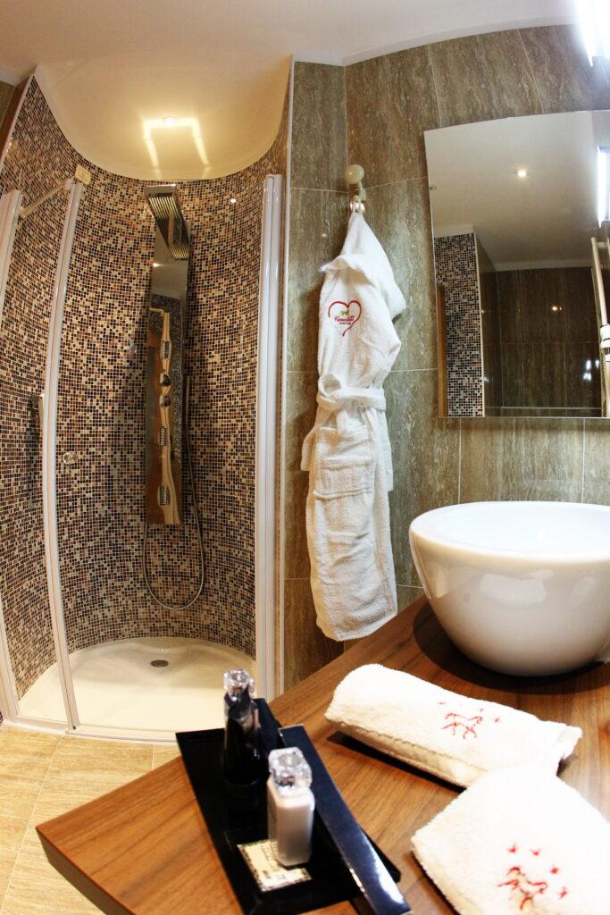 un bagno delle suites ad andalo
